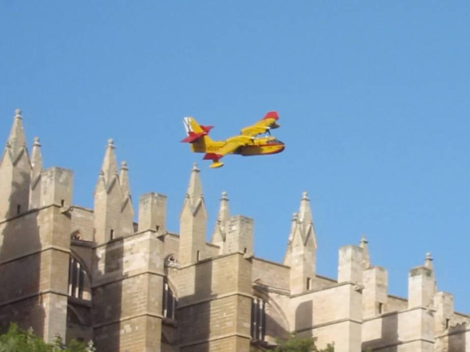 Löschflugzeuge über Kathedrale La Seu in Mallorca